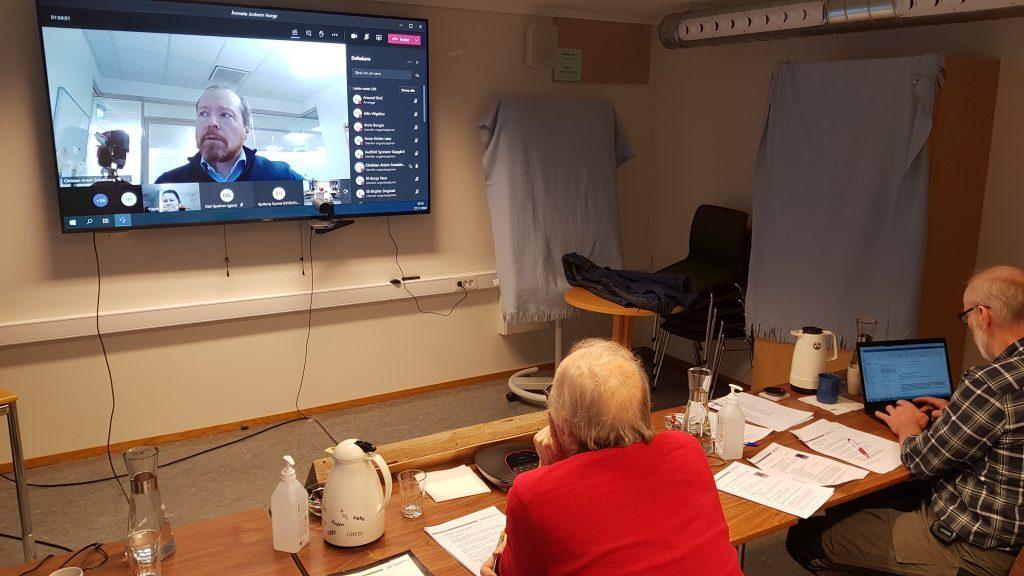 Delegater fra hele landet deltok på historiens første årsmøte i Jordvern Norge. Her ser vi ryggen på Hans Huseby og Arne Nøkland fra Jordvern Vestfold, som følger med på AgriAnalyses vurdering av strategidokumentet.